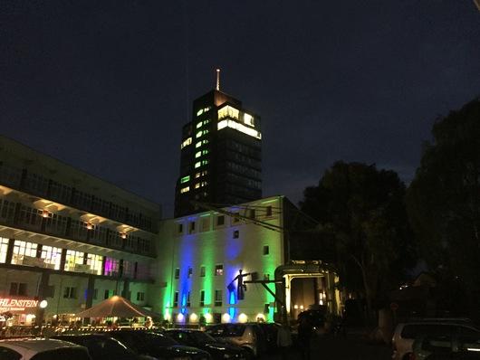 Im Hintergrund der channel tower